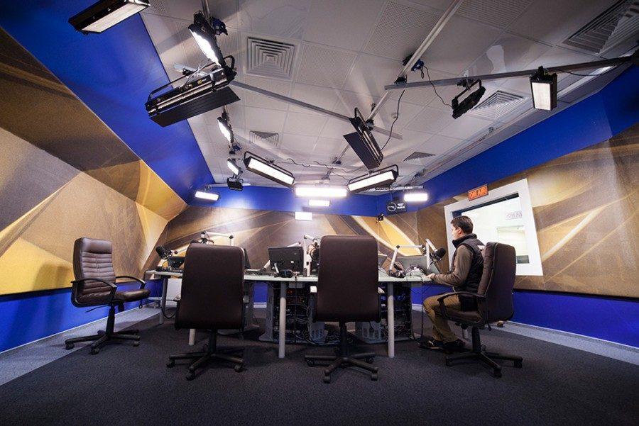 Multi-camera TV studio for online broadcasting